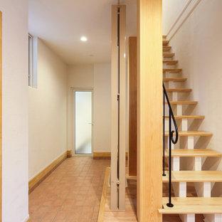 他の地域の中くらいの木の和風のおしゃれな階段 (金属の手すり) の写真