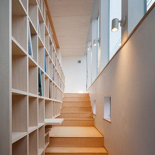 東京23区の木のモダンスタイルのおしゃれな直階段 (木の蹴込み板) の写真