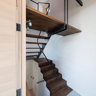 横浜の小さいアジアンスタイルのおしゃれな折り返し階段 (金属の手すり) の写真