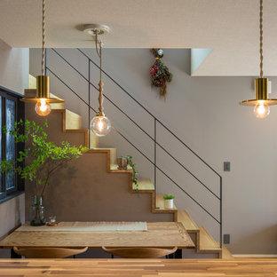 名古屋の木の北欧スタイルのおしゃれな直階段 (木の蹴込み板、金属の手すり) の写真