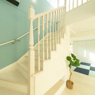 Idéer för en shabby chic-inspirerad svängd trappa i trä, med sättsteg i trä