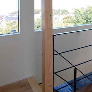 Diseño de escalera recta y papel pintado, moderna, de tamaño medio, sin contrahuella, con escalones de madera, barandilla de metal y papel pintado