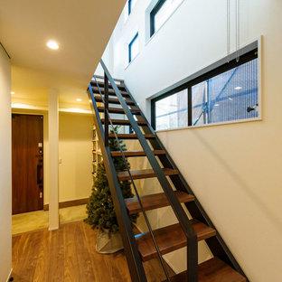 Ejemplo de escalera recta y papel pintado, moderna, de tamaño medio, sin contrahuella, con escalones de madera, barandilla de metal y papel pintado