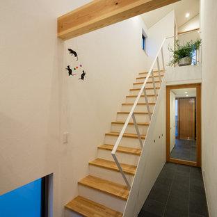 他の地域の木のモダンスタイルのおしゃれな直階段 (金属の手すり) の写真