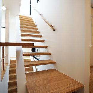 中くらいの木のコンテンポラリースタイルのおしゃれな階段 (木材の手すり) の写真