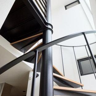 Diseño de escalera de caracol y papel pintado, contemporánea, de tamaño medio, sin contrahuella, con escalones de madera, barandilla de metal y papel pintado