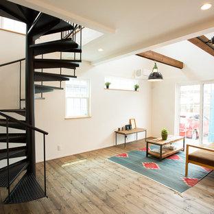Imagen de escalera de caracol, de estilo de casa de campo, sin contrahuella, con barandilla de metal