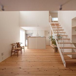 他の地域の小さい木の北欧スタイルのおしゃれな階段 (金属の手すり) の写真