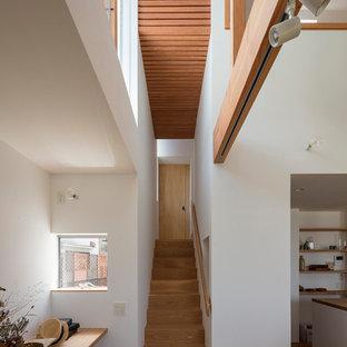 大阪の中サイズの木のモダンスタイルのおしゃれな直階段 (木材の手すり、木の蹴込み板) の写真