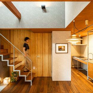 他の地域の小さい木のコンテンポラリースタイルのおしゃれな階段 (金属の手すり、板張り壁) の写真