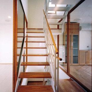 Ejemplo de escalera en U, asiática, sin contrahuella, con escalones de madera y barandilla de varios materiales