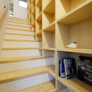 Imagen de escalera escandinava con escalones de madera y barandilla de madera