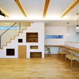 Modelo de escalera nórdica con escalones de madera y barandilla de metal