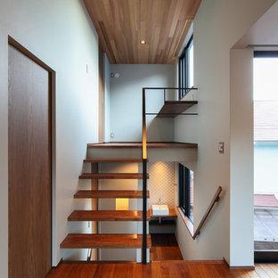 他の地域の木のアジアンスタイルのおしゃれな階段 (金属の手すり) の写真
