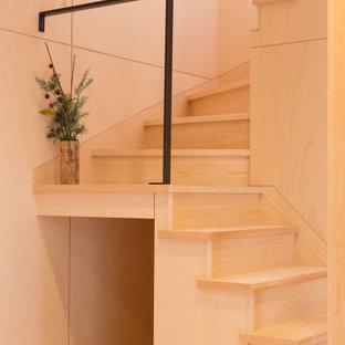 Diseño de escalera en U y madera, romántica, pequeña, con escalones de madera, contrahuellas de madera, barandilla de metal y madera