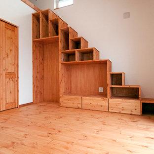 Foto de escalera recta, asiática, con escalones de madera y contrahuellas de madera