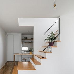 他の地域の小さいモダンスタイルのおしゃれな階段の写真