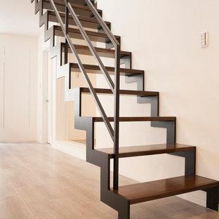 開放感のある、オブジェのようなイナズマ階段