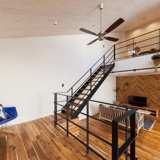 他の地域の中くらいの木のコンテンポラリースタイルのおしゃれな階段 (金属の手すり) の写真