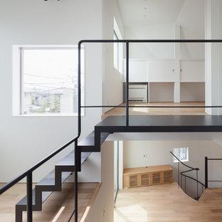 東京23区の金属製のモダンスタイルのおしゃれな階段 (金属の手すり) の写真