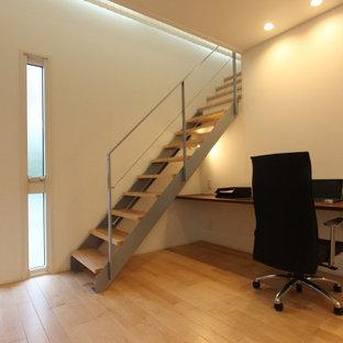 Ispirazione per una scala a rampa dritta moderna di medie dimensioni con pedata in legno, nessuna alzata e parapetto in cavi