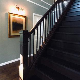 Ejemplo de escalera recta y papel pintado, romántica, grande, con escalones de madera, contrahuellas de madera, barandilla de madera y papel pintado