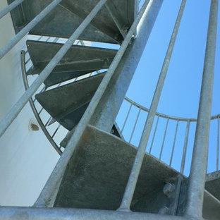Idee per una scala a chiocciola industriale di medie dimensioni con pedata in metallo e alzata in metallo