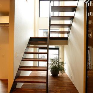 他の地域の木のミッドセンチュリースタイルのおしゃれな階段の写真