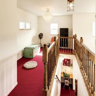Foto de escalera recta, costera, de tamaño medio, con escalones enmoquetados, contrahuellas enmoquetadas y barandilla de madera
