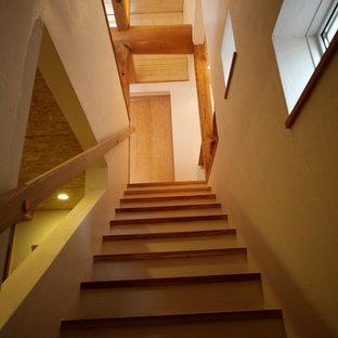 Foto de escalera recta, nórdica, pequeña, con escalones de madera y barandilla de madera