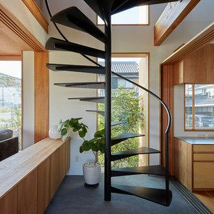 他の地域のアジアンスタイルのおしゃれならせん階段 (金属の手すり) の写真