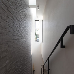 Diseño de escalera suspendida, moderna, con barandilla de metal