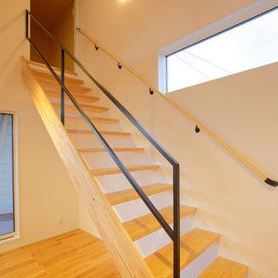 Diseño de escalera recta, clásica renovada, con escalones de madera y barandilla de metal