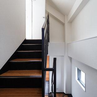 Imagen de escalera en U, minimalista, grande, con escalones de acrílico y barandilla de metal