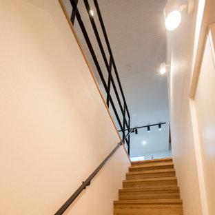 Diseño de escalera recta y papel pintado, nórdica, con escalones de madera, contrahuellas de madera, barandilla de varios materiales y papel pintado