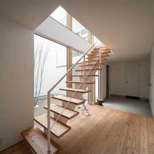 他の地域の木の北欧スタイルのおしゃれな階段 (金属の手すり) の写真