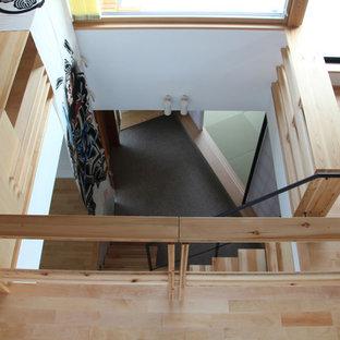 他の地域の広い木の和風のおしゃれな階段 (金属の手すり) の写真