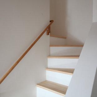 Foto de escalera escandinava, pequeña, con escalones de madera y barandilla de madera