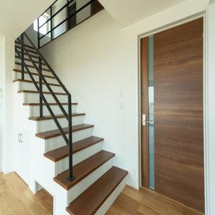 Foto de escalera papel pintado, nórdica, con escalones de madera pintada, contrahuellas de madera, barandilla de metal y papel pintado