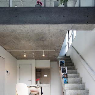 コンクリートのモダンスタイルのおしゃれな直階段 (コンクリートの蹴込み板) の写真