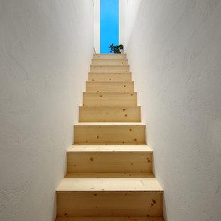 他の地域の木のモダンスタイルのおしゃれな階段 (木の蹴込み板) の写真