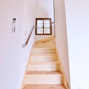 他の地域の木のモダンスタイルのおしゃれなサーキュラー階段 (木の蹴込み板) の写真
