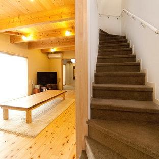神戸の小さいカーペット敷きのアジアンスタイルのおしゃれなかね折れ階段 (カーペット張りの蹴込み板) の写真