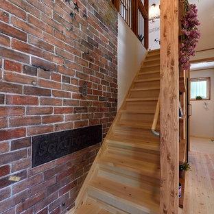 他の地域の木のミッドセンチュリースタイルのおしゃれな直階段 (木の蹴込み板) の写真