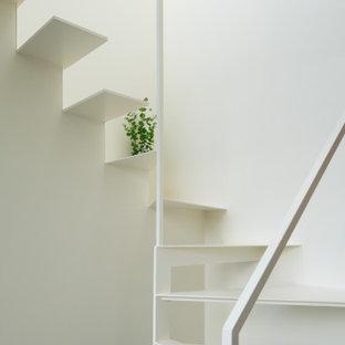 Foto de escalera suspendida y papel pintado, actual, sin contrahuella, con escalones de metal, barandilla de metal y papel pintado
