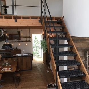 Foto de escalera recta, industrial, pequeña, sin contrahuella, con barandilla de metal