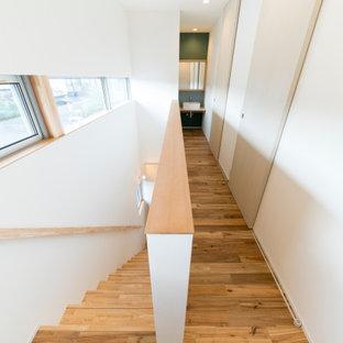 Foto di una piccola scala a rampa dritta scandinava con pedata in legno, alzata in legno, parapetto in legno e carta da parati