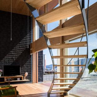 他の地域の木のコンテンポラリースタイルのおしゃれな階段 (ガラスの手すり) の写真