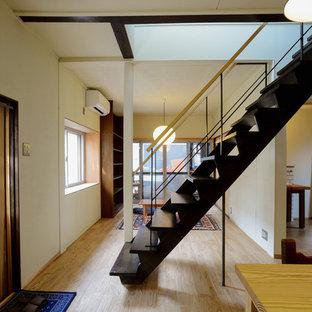 他の地域の小さい木のアジアンスタイルのおしゃれなオープン階段 (金属の手すり) の写真
