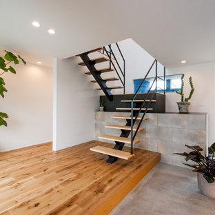 他の地域の木のコンテンポラリースタイルのおしゃれなかね折れ階段 (金属の手すり) の写真